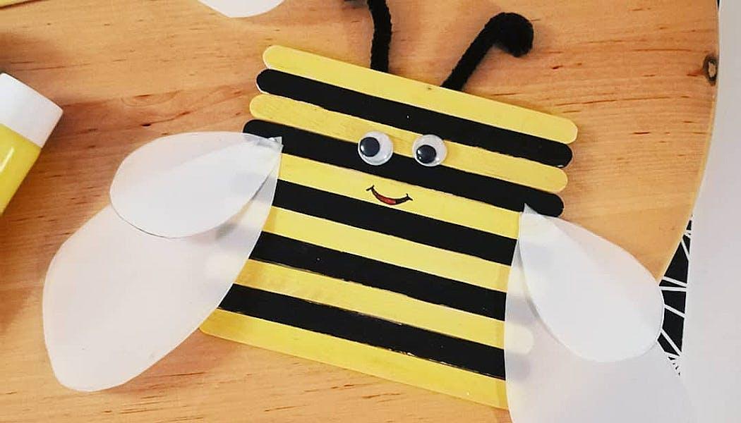 Une abeille en bâtonnets