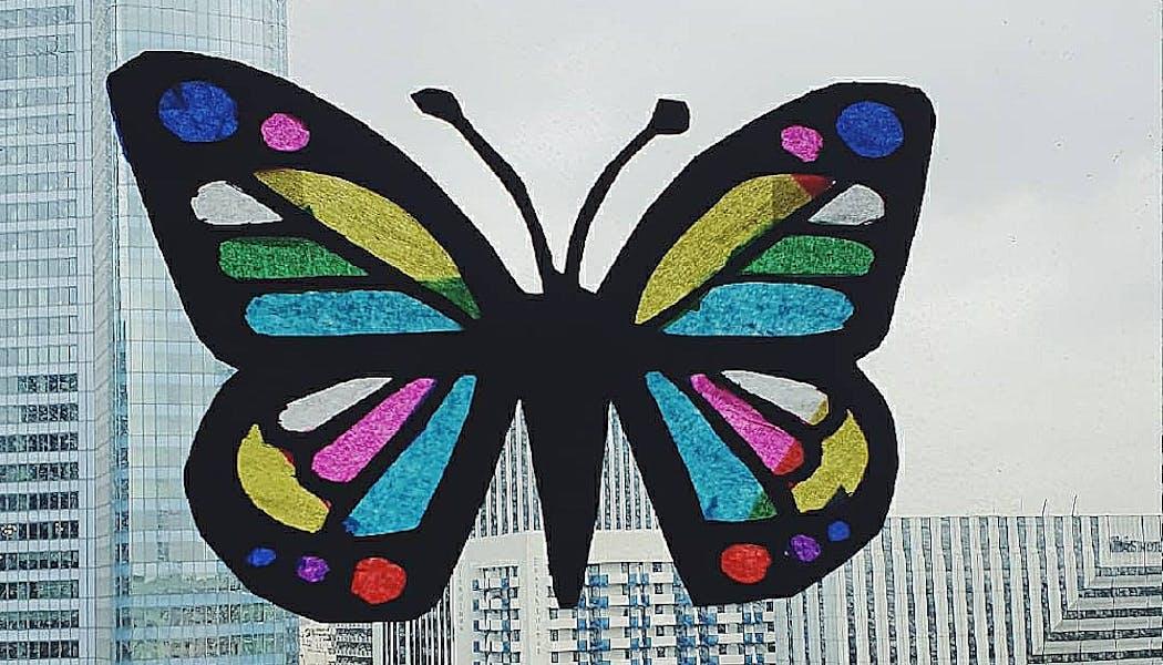 Un attrape soleil en forme de papillon réalisé avec un papier de soie,