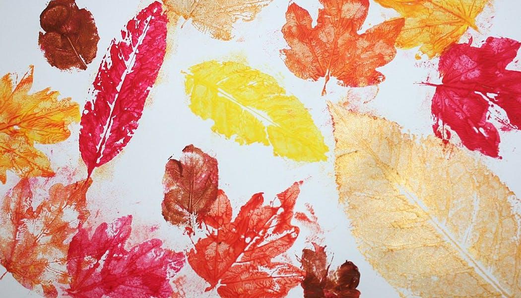 peinture faite avec des feuilles comme tampons