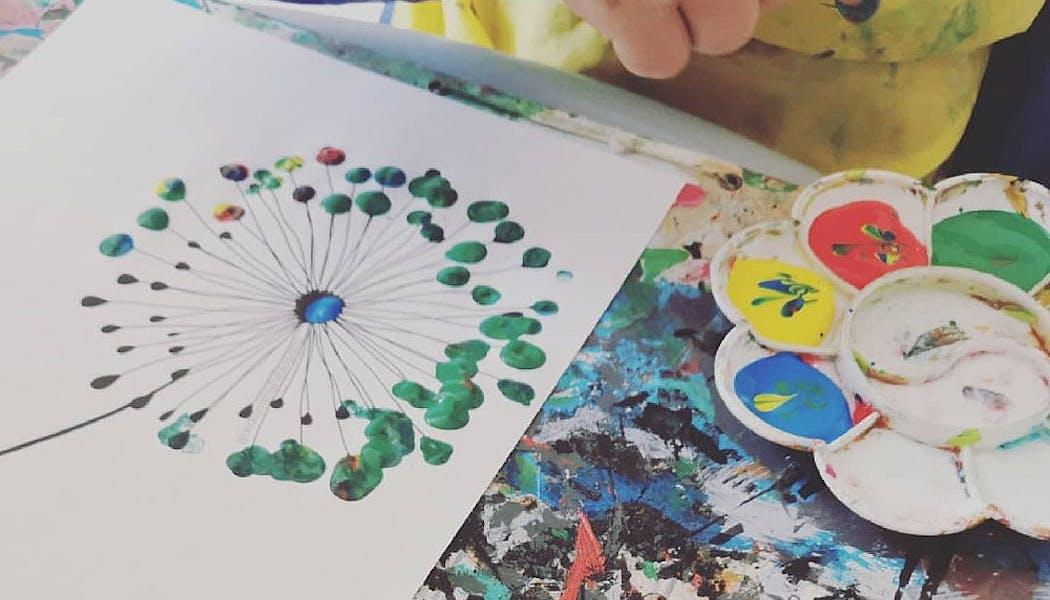 enfant qui peint avec les doigts