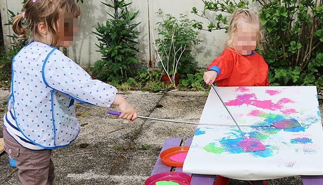 des enfants qui peignent avec avec une tapette à mouches