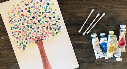 arbre peint avec des cotons-tiges