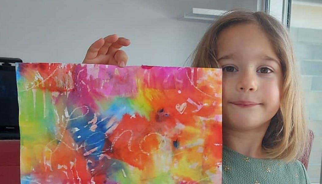enfant qui montre sa peinture