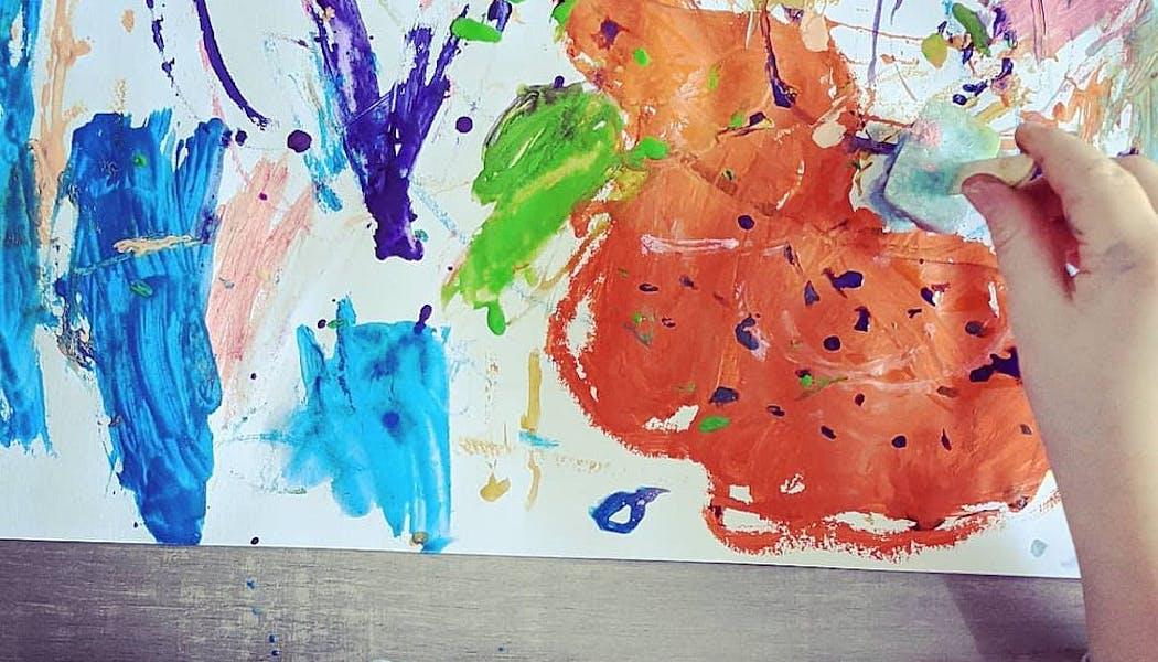 enfant qui peint avec des glaçons