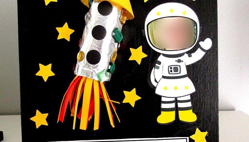 tableau avec fusée et petit astronaute