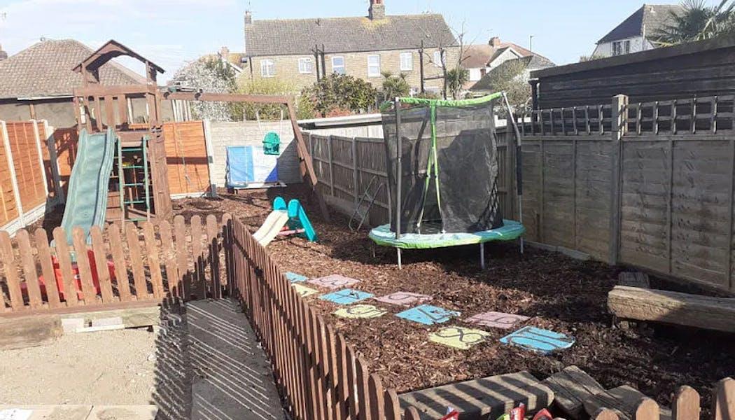 aire de jeux avec marelle et trampoline