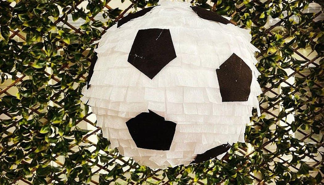 piñata blanche en ballon de foot