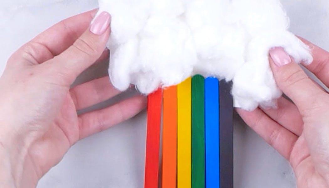 L'arc-en-ciel et son nuage faits à partir de bâtonnets de glace