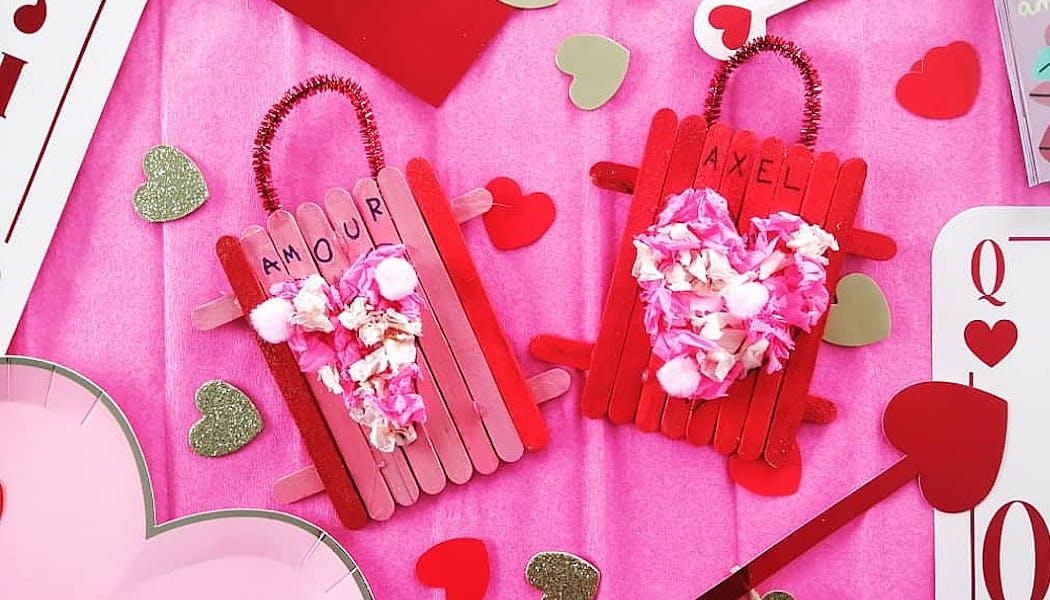 Une déco pour la Saint-Valentin à partir de papier crépon et bâtonnets