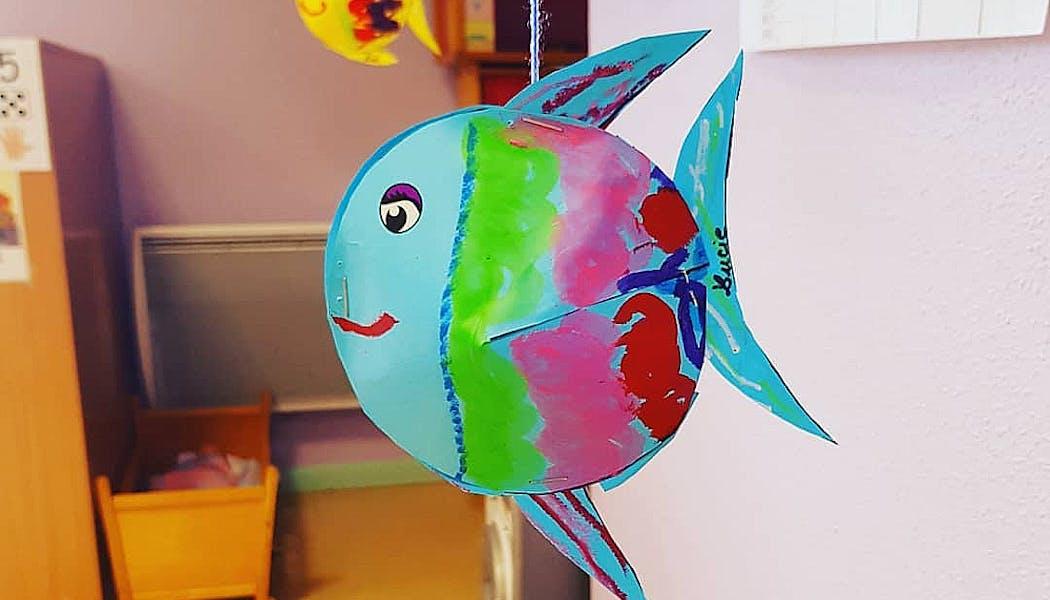 Des poissons multicolores à suspendre