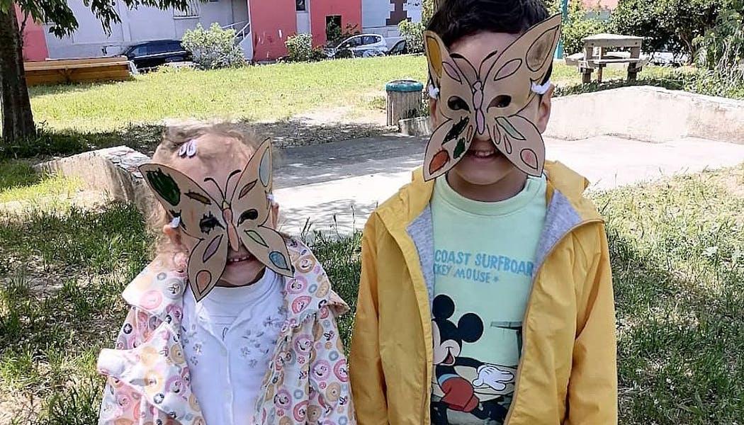 enfants avec des masques en forme de papillon