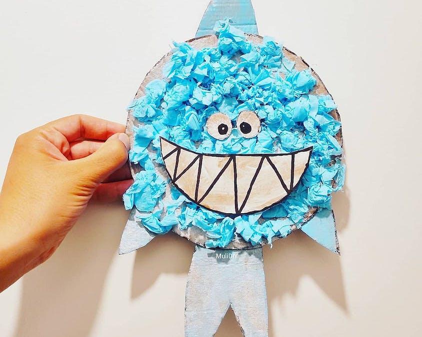 Un bébé requin en assiette en carton