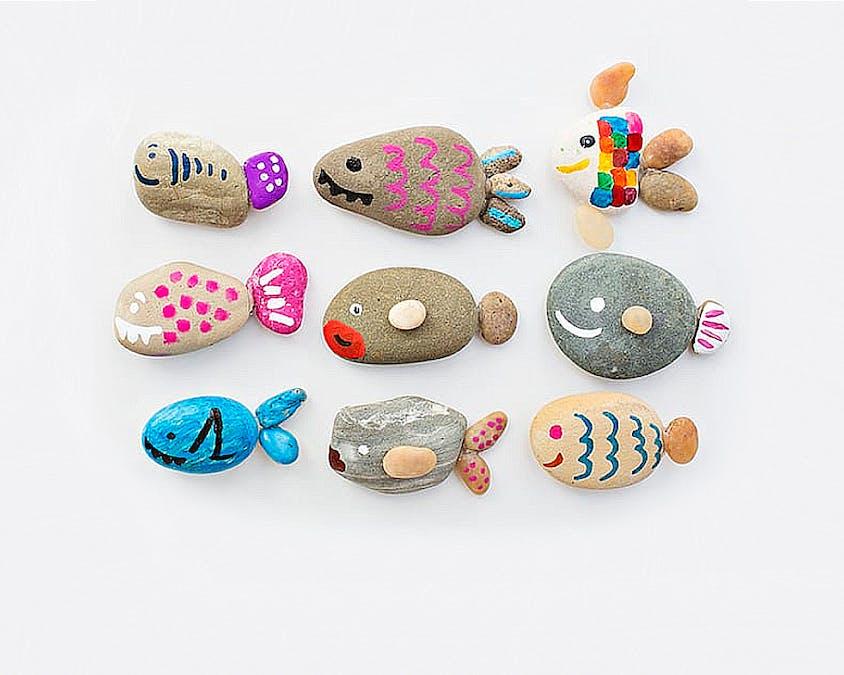 galets peints devenus poissons