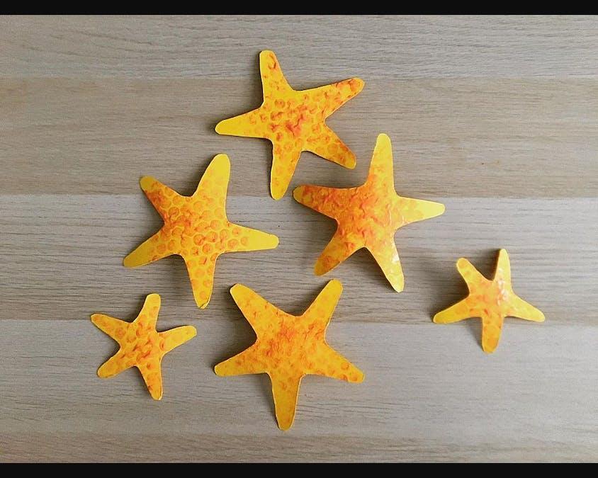Des étoiles de mer en papier coloré