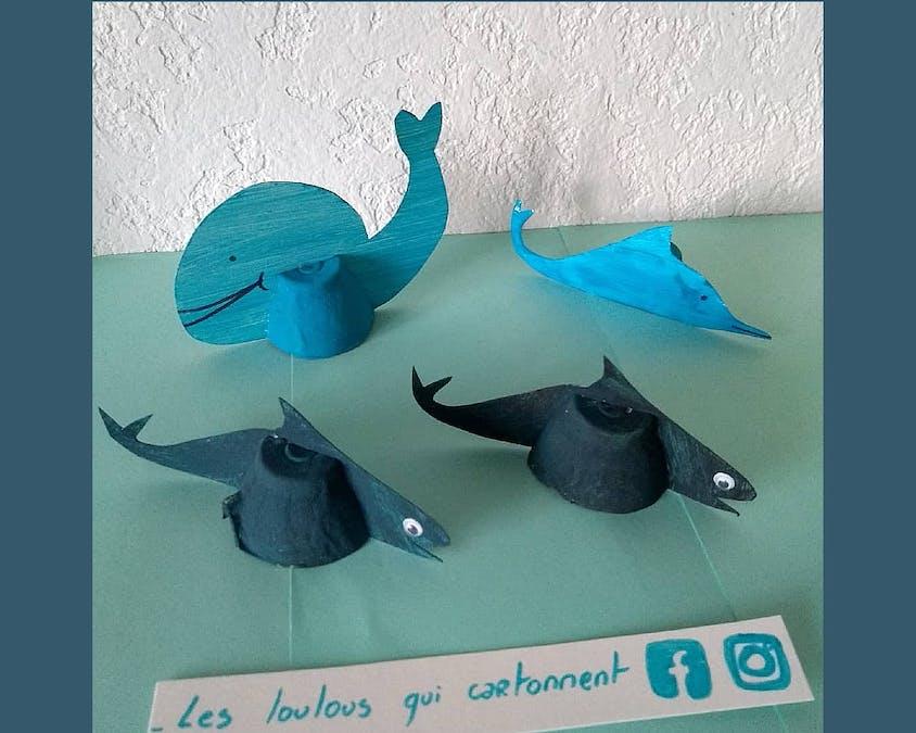 dauphins et des requins faits en boîtes d'œufs