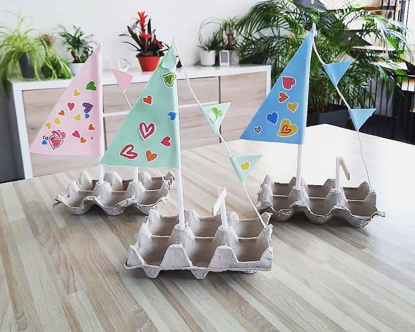 Des petits bateaux en boîtes d'œufs