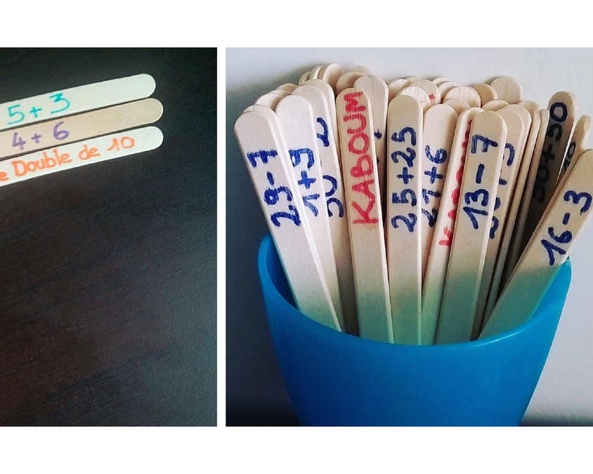 des bâtonnets avec des calculs inscrit dessus