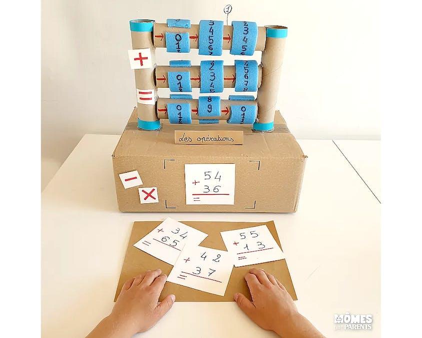 Le Mistigri des additions fait en carton et en mousse