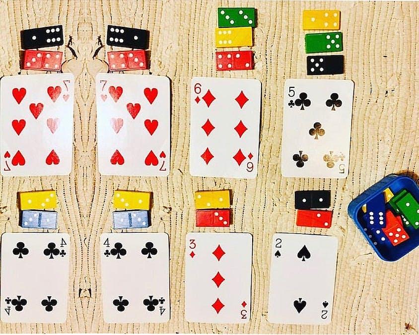 jeu de calcul avec des cartes et des dominos
