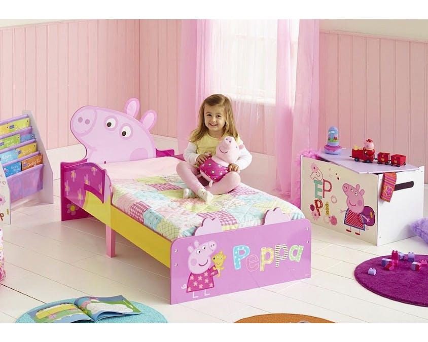 Un lit, une bibliothèque et un coffre à jouets Peppa Pig