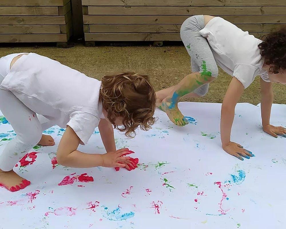 La peinture avec les pieds et les mains