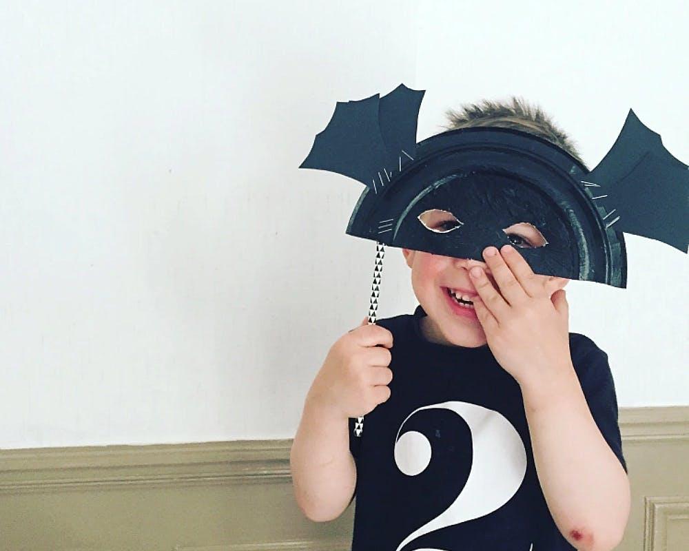 petit garçon avec un masque de chauve-souris