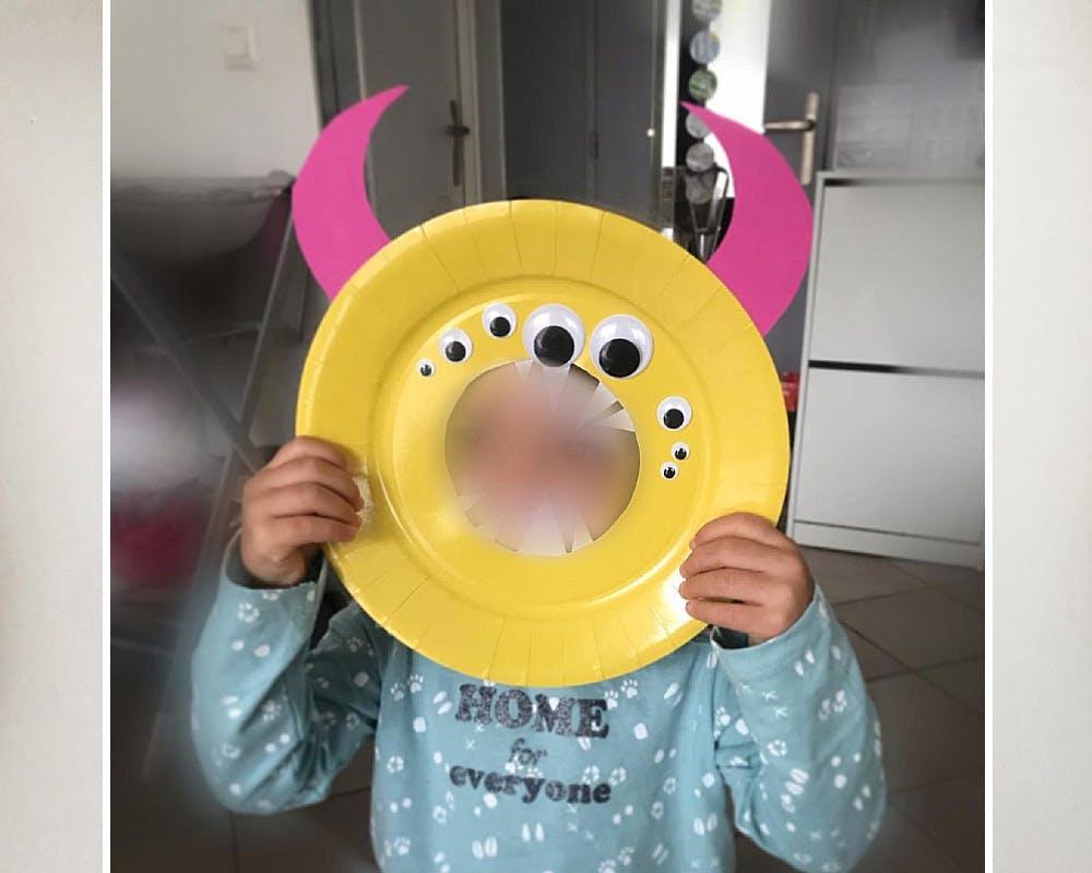garçon avec Un masque de monstre