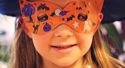 fillette avec masque d'Halloween