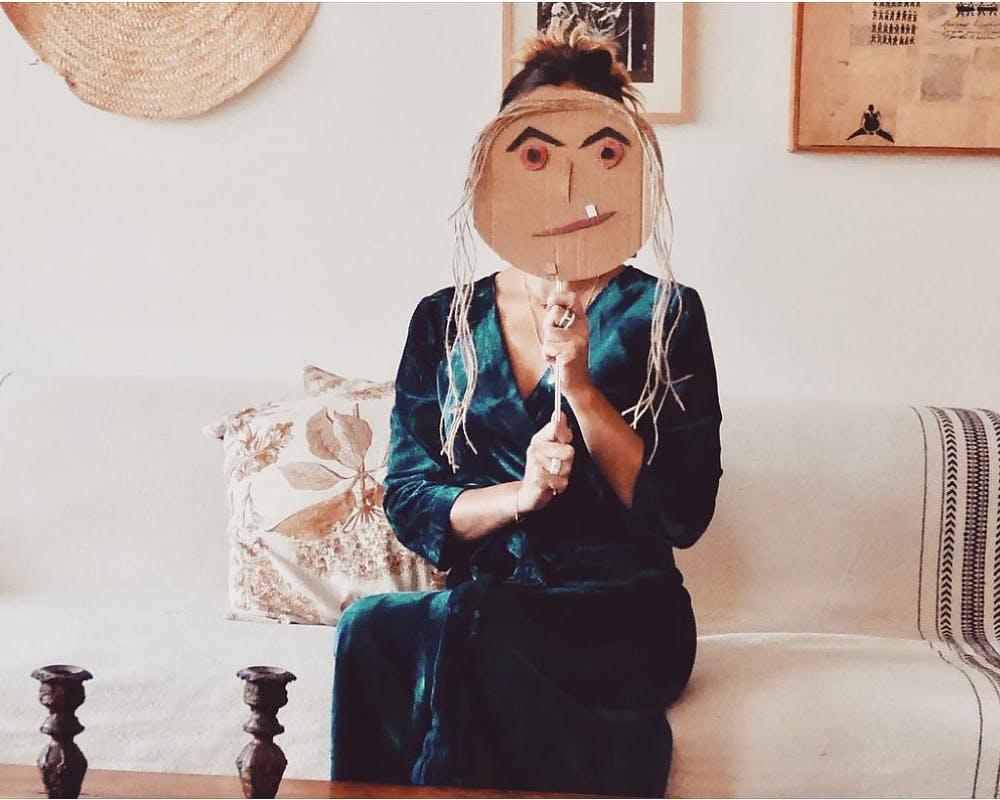 femme avec un masque de sorcière