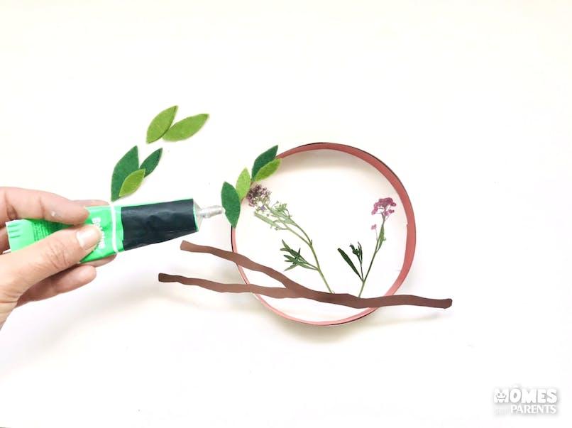 Former une couronne avec les feuilles vertes autour de la boîte