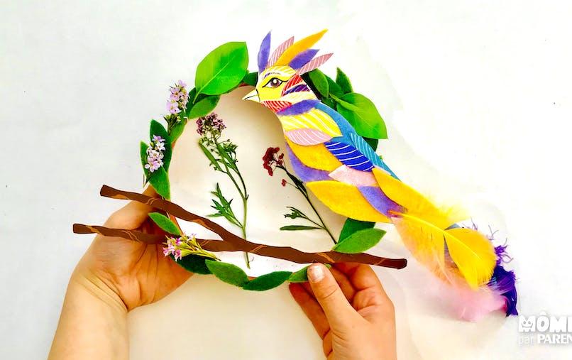 décoration couronne un oiseau de printemps suspendu à sa branche en feutrine et carton