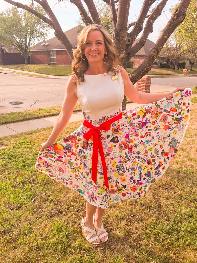 cette professeur d'art porte une robe recouverte des dessins de ses élèves