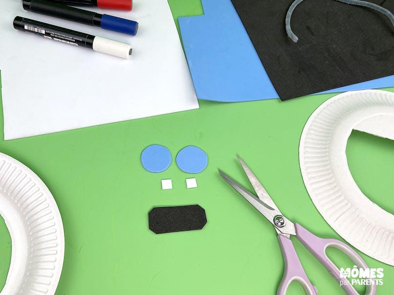 Découper les formes dans le papier mousse