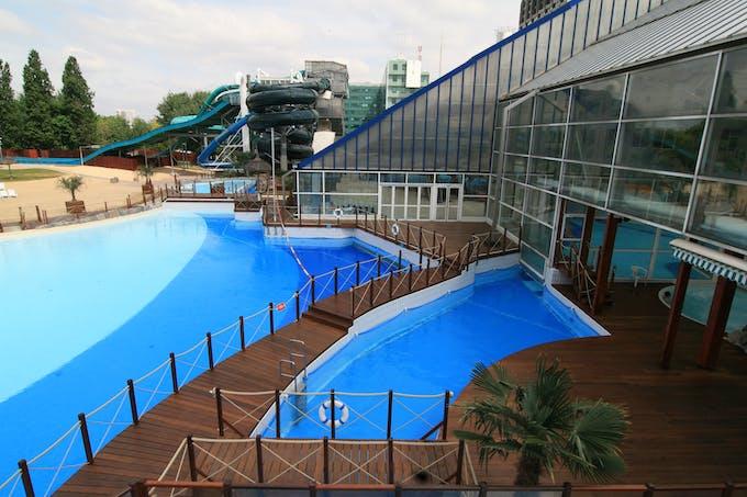 partie extérieur du parc aquatique Aquaboulevard avec ses différentes piscines et toboggans et sa plage de sable fin
