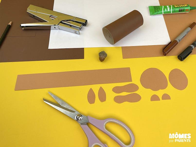 Découper le papier marron clair